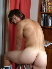 Naked guy relaxing after football - Gay boys pics at Twinkest.com