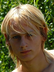 Naked blonde teen boy posing in the garden - Gay boys pics at Twinkest.com