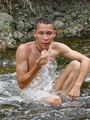 Sporty latino twink rubs his muscled ass outdoors - Gay boys pics at Twinkest.com