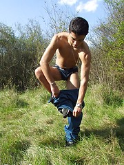 Sweet twink guy outdoor naked shows his great body - Gay boys pics at Twinkest.com