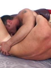 Big bear lets twink ride his shaft - Gay boys pics at Twinkest.com
