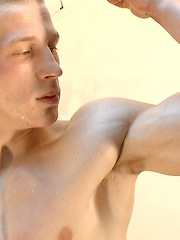 Oiled boy pumps up his biceps - Gay boys pics at Twinkest.com