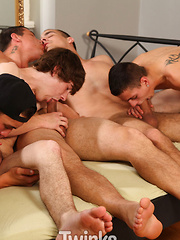 We've squeezed five twinks into a bed as a social experiment - Gay boys pics at Twinkest.com