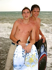 Watch Alan and Raul enjoy themselves on a beach in Italy - Gay boys pics at Twinkest.com